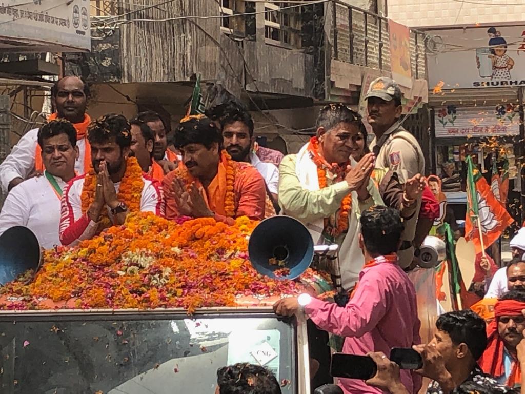खेशारीलाल यादव ने मनोज तिवारी के लिए दिल्ली में मांगे वोट