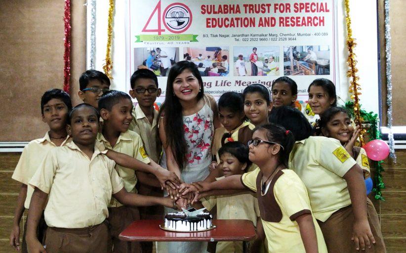 गायिका सावनी रवींद्रने साजरा केला विशेष मुलांसोबत वाढदिवस