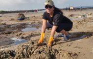 अभिनेत्री स्मिता तांबेने केली मढ समुद्रकिना-याची सफाई